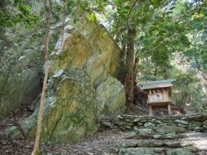 江神社の奥へと続く山(参)道の先の磐座と小祠