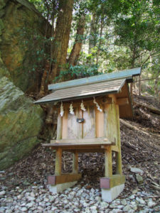江神社の奥へと続く山(参)道の先の小祠