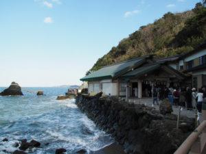 夫婦岩と参拝者が列ぶ二見興玉神社