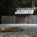 集めれば山となる落ち葉、神服織機殿神社(皇大神宮 所管社)