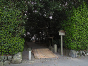 参道の鳥居が姿を消し、仮設のスロープが設置された志宝屋神社(豊受大神宮 末社)