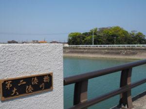 第二湊橋(大湊川)から望む志宝屋神社(豊受大神宮 末社)の社叢