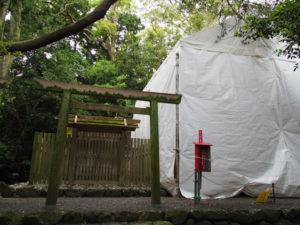 簀屋根が掛けられた状態が続く志宝屋神社(豊受大神宮 末社)