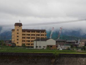 志宝屋神社付近(伊勢市大湊町)から遠望した巨大クレーン