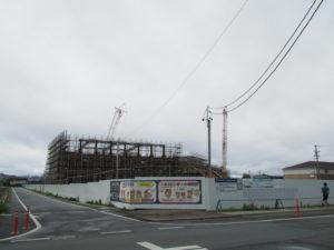 巨大クレーンの居場所は神社・大湊統合小学校(みなと小学校)建設工事現場(伊勢市大湊町)