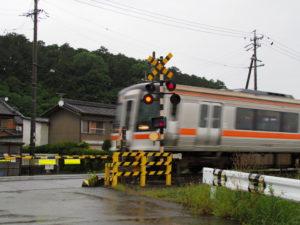 JR参宮線 前川踏切から望む棒原神社の社叢