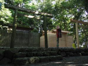 現在の社殿と新しい社殿、志宝屋神社(豊受大神宮 末社)