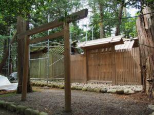 仮殿御遷座を終え修繕工事が開始された棒原神社(皇大神宮 摂社)