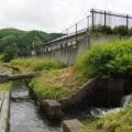 津田[土地改良区の]用水へと落ちる立梅用水(多気町丹生)