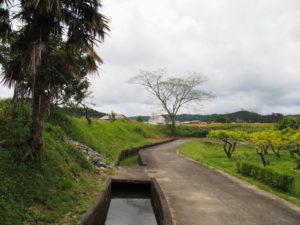 津田[土地改良区の]用水の上流方向へ(多気町丹生)