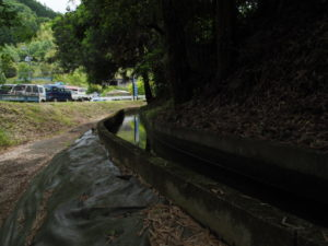 津田[土地改良区の]用水の下流方向へ(多気町丹生)