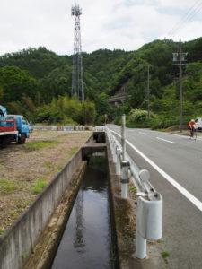 県道421号脇を流れる津田[土地改良区の]用水(多気町丹生)