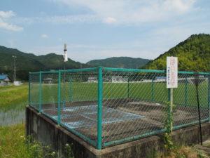県道421号に沿って流れる津田[土地改良区の]用水(多気町牧)