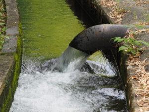 津田[土地改良区の]用水へ流れ込む南勢水道からの用水(多気町鍬形)
