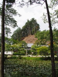 丹生神社の参道から丹生山神宮寺寺務所方向の風景