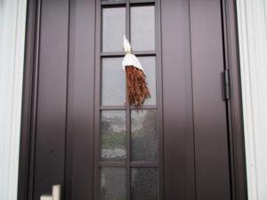 一年前から玄関扉に掛けられている御神杉