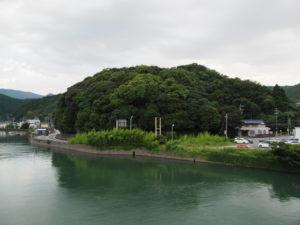 安楽島大橋より加茂川越しに遠望する赤崎神社(豊受大神宮 末社)の社叢