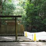隣の御敷地に工事用シートが掛けられた伊我理神社(豊受大神宮 末社)