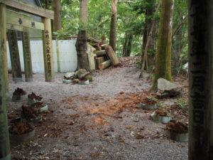 危険回避のためさらに撤去された参道鳥居、茜社(伊勢市豊川町)