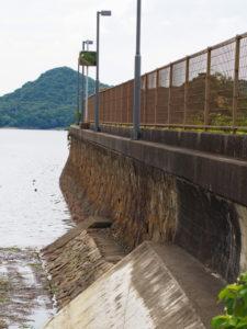 池の浦シーサイド駅(JR参宮線)の石積み