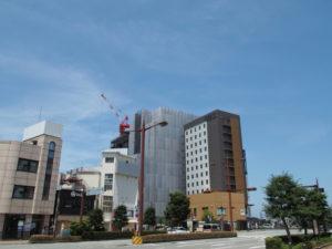 伊勢市駅前の再開発現場に立つ赤いクレーンの遠望