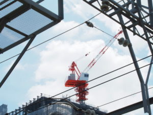 伊勢市駅前の再開発現場で目立つ赤いクレーン
