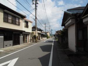 小片野栄町交差点から朝柄方向へ(松阪市小片野町)