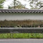 旧豊宮崎文庫 土塀の白壁は墨絵風(伊勢市岡本)