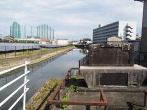 馬瀬川と馬瀬川干拓記念碑