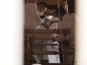 神御衣(荒妙)の奉織(神麻続機殿神社の八尋殿)