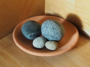 須場の浜で見つけた丸っぽい石たち