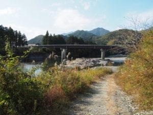 櫛田川に架かる桑瀬橋下へと続く道