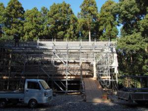 簀屋根を掛ける工事中の八尋殿、神服織機殿神社(皇大神宮 所管社)