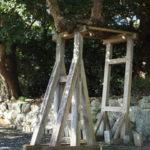クスノキから伸びる横枝の支柱は変形中、御薗神社(伊勢市御薗町王中島)