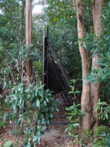 本殿の背面に設置されていた背の高い塀、茜社(伊勢市豊川町)