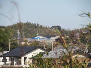 屋根修繕中の麻吉旅館遠望