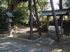 辰の井の隣に張られたしめ縄、御食神社(伊勢市神社港)