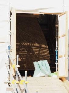 萱の葺き替えは仕上げ状態にある八尋殿の修繕工事、神服織機殿神社(皇大神宮 所管社)