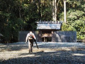 落ち葉が吹き集められる神服織機殿神社(皇大神宮 所管社)