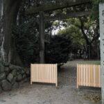 新しくなっていた参道の板塀(?)、箕曲中松原神社(伊勢市岩渕)