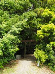 二見しょうぶロマンの森側の参道、松下社(伊勢市二見町松下)