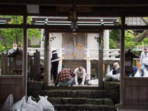 お白石の移動作業中、一色神社(伊勢市一色町)