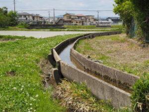 現役で活躍する懐かしいU字フリュームの農業用水路(伊勢市馬瀬町と下野町との境界)