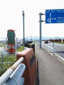 足場の上には「安全走行・でゆっくり」、宮川大橋(宮川右岸付近)