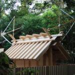 上棟祭の朝、新しい殿舎の屋根に雁股矢と鏑矢、神前神社(皇大神宮 摂社)