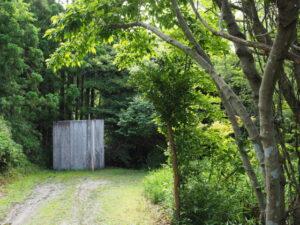 今も残されていた仮設トイレ、神前神社(皇大神宮 摂社)