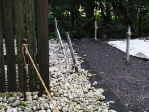 不思議な鉄製の支柱、堅田神社(皇大神宮 摂社)