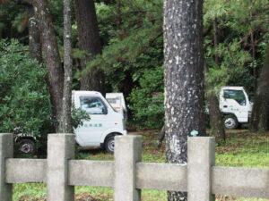 造園業者の車両、御塩殿神社(皇大神宮 所管社)
