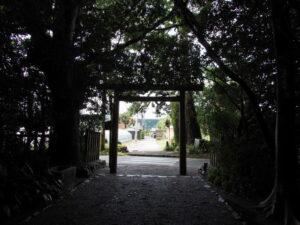 道路に面した鳥居、御塩殿神社(皇大神宮 所管社)