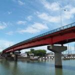 勢田川越しに遠望する御食神社の社叢と一色大橋